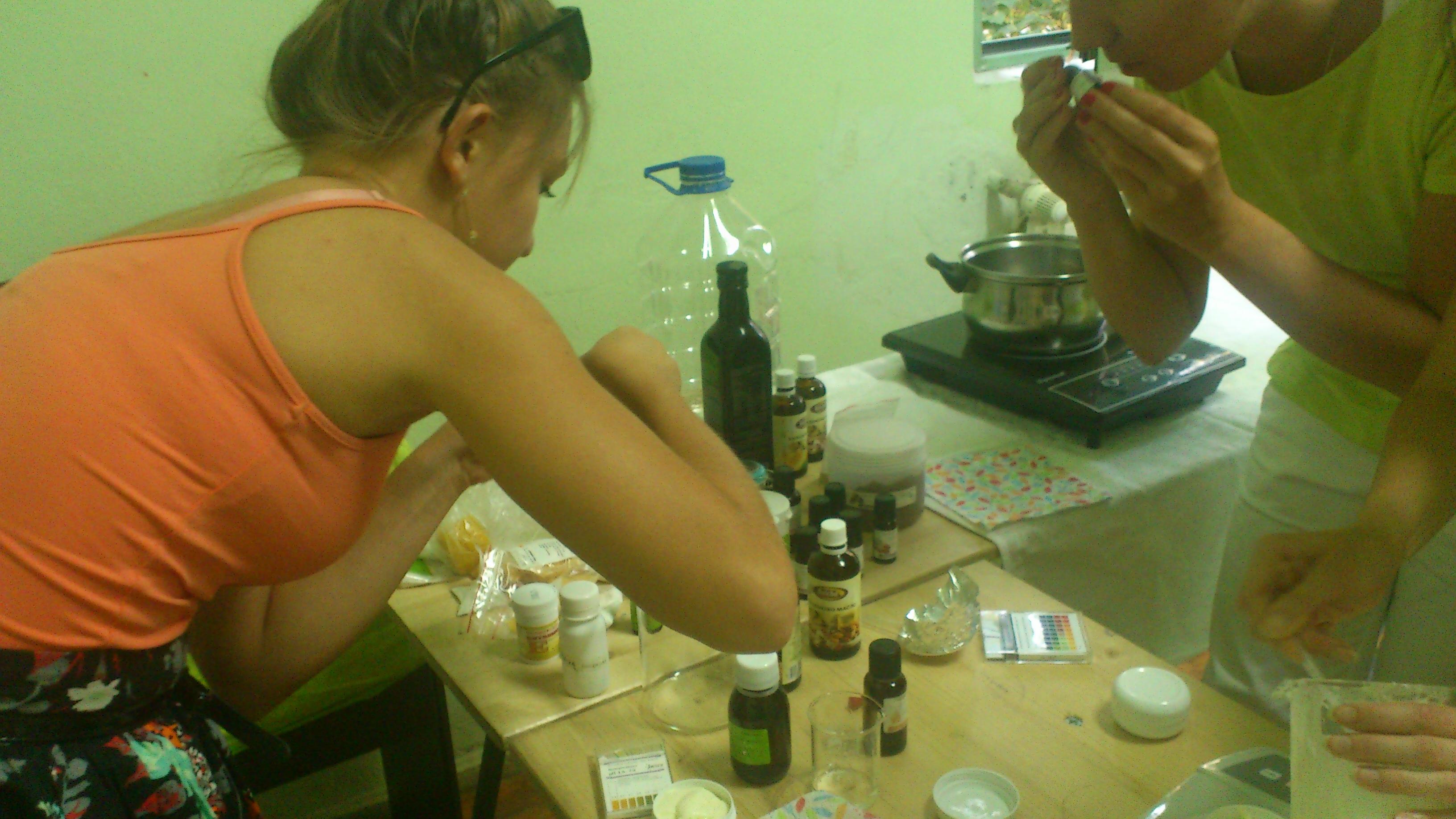 Момичета от курса приготвят крем